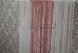Французский тюль с рисунком дамаск оттенка пудры, хорошо освежает холодные серые стены.