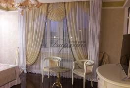 Итальянский бархат придает высоты и помпезности окну в хозяйской спальне.