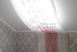 Мансардное окно украшено французской сеткой двух цветов и двух фактур, что создает иллюзию высоты и статичности.