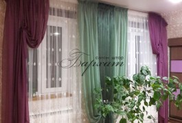 Шторы для спальни. Дизайн штор. Портьера из фиолетовой и зеленой органзы, собранная в драпировку подхватами. Тюль - французская сетка белого цвета. Салон штор