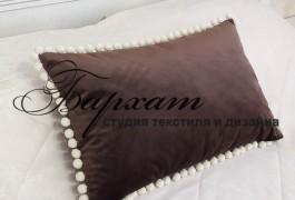 Бархатная подушка в спальне на кровать