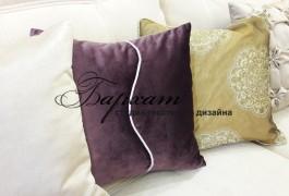 Бархатная подушка в зал с контрастным кантом