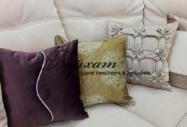 Декоративная подушка из двойной портьеры с органзой