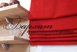 Сочетание красного льна и натуральной легкой ткани сделали окно сочным и стильным