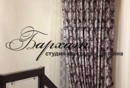 Окно на лестнице с ипользование тканей Versace