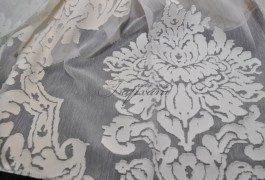 Классический тюль с использованием натуральных волокон создает эффект объемного рисунка.