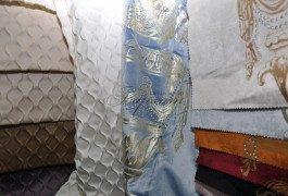 объемные однотонные ткани, бархат с фотопечатью украшенный стразами представлены в различных цветовых решениях в новой коллекции Versace