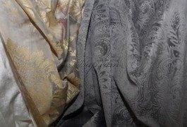 Тюль серого цвета с золотым печатным рисунком в сочетании с фактурным бархатом из новой коллекции Versace