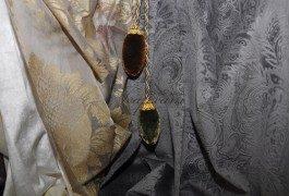 Необычные аксессуары дополнят классические ткани из новой коллекции.