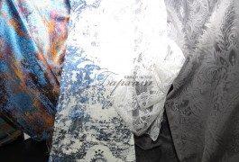 Различные ткани с напылениями имитирующие различные природные фактуры представлены в новой итальянской коллекции Versace