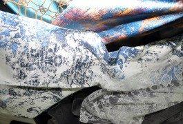 Эффект состаренной ткани в необычных цветовых решениях, контраст медного и бирюзового цветов представлены в новой коллекции Versace
