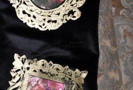 Хит сезона - медальоны!!! В коллекции Versace представлен и этот элемент. Необычность и изысканность - две составляющих современных штор.