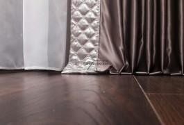 Шторы в спальню. Римская штора из плотной тафты, глубокого цвета бирюзы и изумруда. Портьеры из легкого льна молочного цвета, в квартиру с интерьером городского стиля.