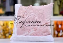 подушка  с кружевом,меховыми вставками и бусинками