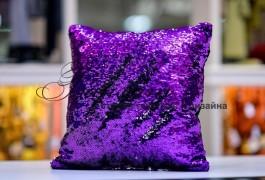 подушка с двусторонними паетками, с обратной стороны- бархат, благодаря чему подушка может быть практичной